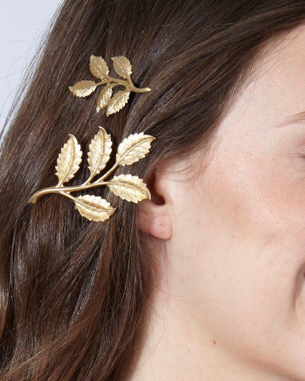 Broche Vie Mini.Broche en forma de hoja de arce de bronce con baño de oro de 18 K. Una pieza única, sencilla y delicada. Puede usarse sobre textiles o piel.