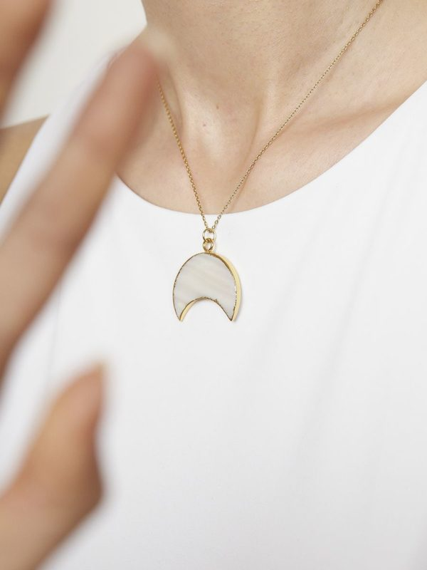Colgante Goa. Colgante en forma de estrella de turquesa blanca con cadena de plata de ley de 925 y baño de oro de 18 quilates.
