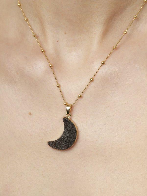Colgante Golfo.Colgante en forma de luna de drusas negras con cadena de plata con baño de oro. Para una mujer actual y dinamica.