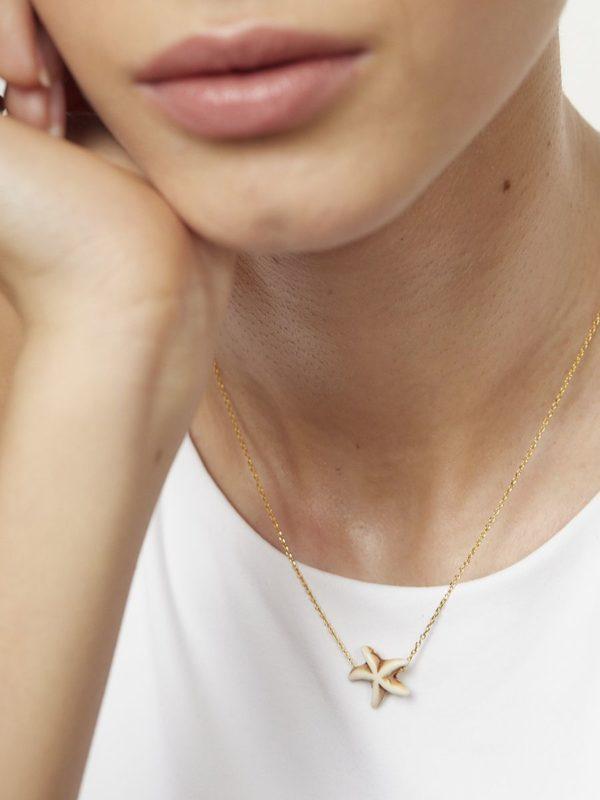 Colgante en forma de estrella de turquesa blanca con cadena de plata de ley de 925 y baño de oro de 18 quilates.