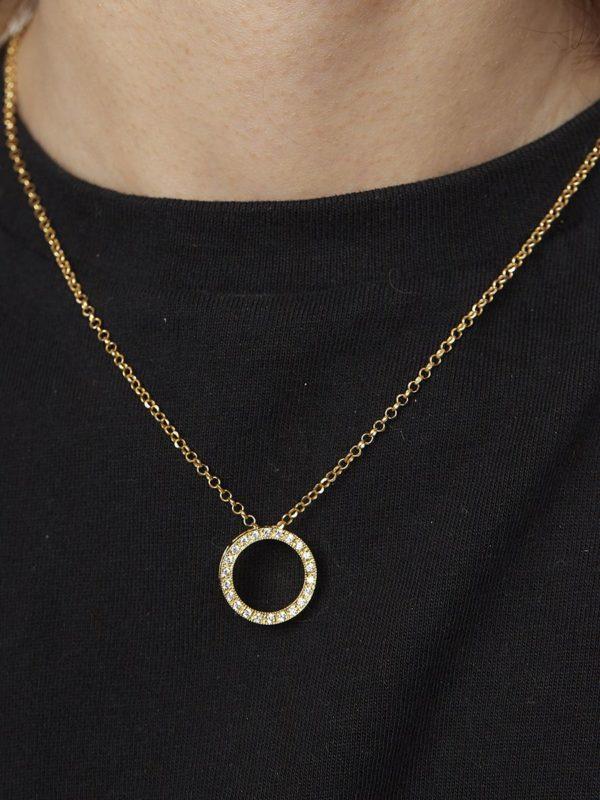 Colgante Sia. Colgante en forma de circulo con volumen y circonitas y cadena de plata con baño de oro de 18 quilates. Perfecto para cualquier ocasión.