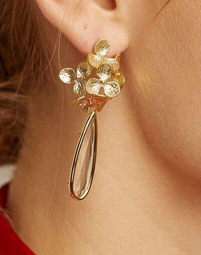 Pendientes Bouquet Pendiente de tuerca en forma de rosetón labrado de flores y lágrima de cristal con baño engarzado de oro de 18 quilates.