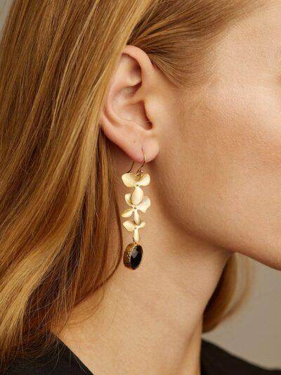 Los pendientes Gladiolo simbolizan la elegancia de la mujer de hoy. Una mujer que quiere sentirse guapa a través de sus complementos. Su ligereza y sensibilidad nos recuerdan a la alta joyería. Este diseño se caracteriza por la conexión de dos flores y dos cristales de circonita que aportan elegancia al diseño