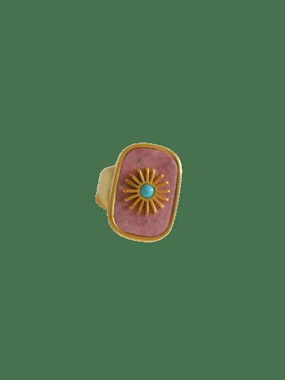 Anillo con sol dorado sobre piedra semipreciosa cuarzo rosa o verde amazonita. Trepille