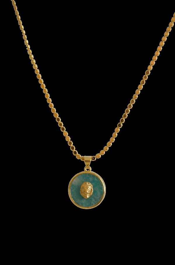 Medalla de león labrado sobre piedra de colores natural engarzada en plata con baño de oro. Disponible en rosa cuarzo, verde amazonita, lápiz azulí y piedra onix