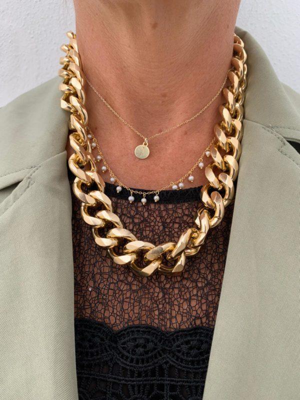 Collar eslabon ancho bañado en oro o en plata. Déjate seducir por sus líneas elegantes que mostrara el estilo Trepillé más puro.