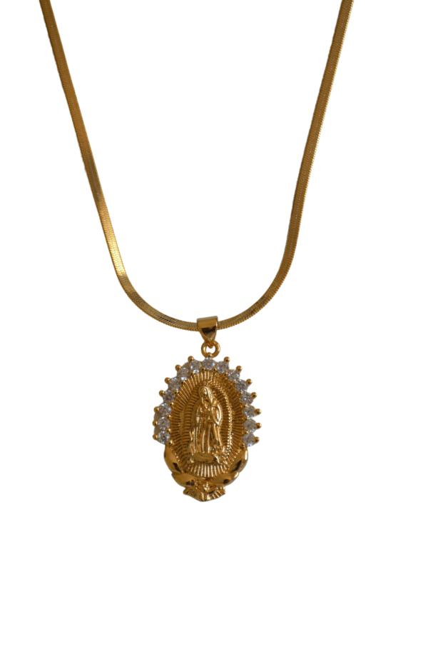 Medalla de virgen de plata, bañada en oro,con circonitas labradas en la parte superior. Puedes elegir entre cadena lisa, labrada o serpiente.. Trepille