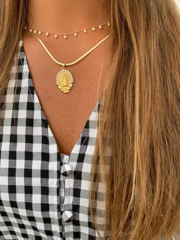 Medalla de virgen de plata, bañada en oro,con circonitas labradas en la parte superior. Puedes elegir entre cadena lisa, labrada o serpiente. Trepille