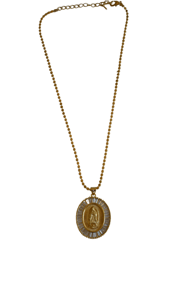 Puedes elegir entre cadena lisa, labrada o serpiente. La medalla de virgen de forma circular de plata,bañada en oro, con circonitas labradas. Trepille