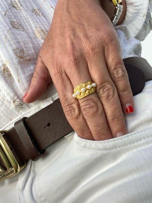 Anillo de plata de ley de 925 con baño de oro y perlas naturales blancas. Trepille