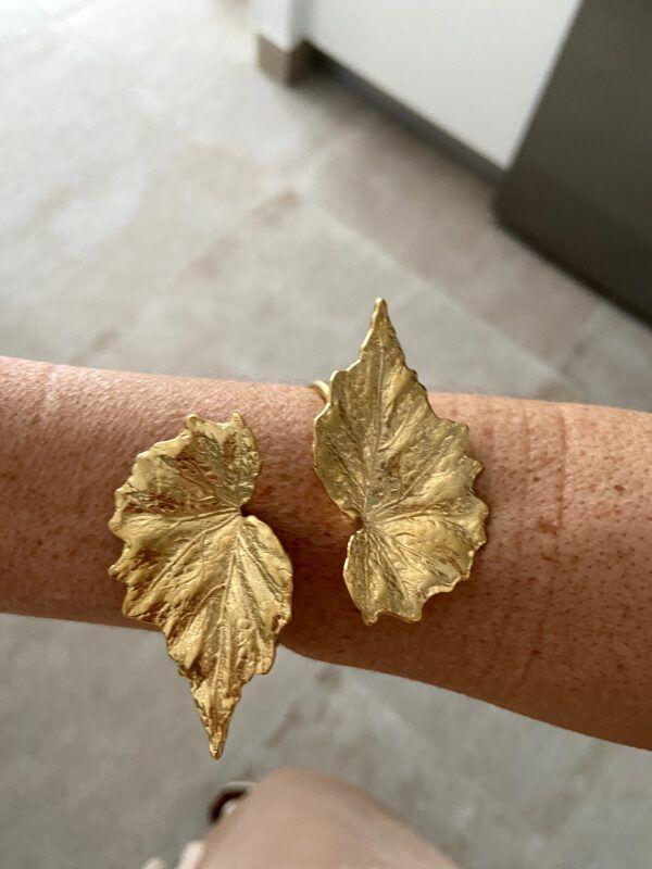 Brazalete con hojas doradas en forma de pico realizado en plata con baño de oro de 3 micras.
