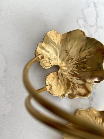 Brazalete con hojas doradas redondas realizado en plata con baño de oro de 3 micras.
