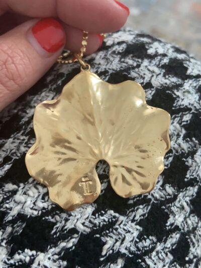 Colgante en forma de hoja redonda realizado en plata de ley y baño de oro. Dimensiones 49*40 mm, largo cadena 35 cm.