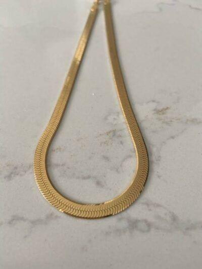 Collar dorado en forma plana realizado en plata y chapado en oro de 18 quilates. Trepille