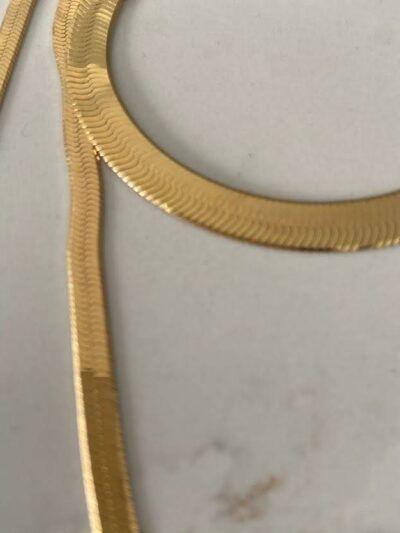 Collar dorado ancho en forma plana realizado en plata y chapado en oro de 18 quilates. Trepille
