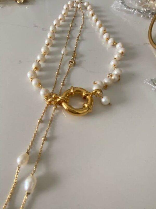 Collar de perlas naturales redondas y correlativas, realizado en plata con baño de oro de 2 micras con cierre redondo. Trepille
