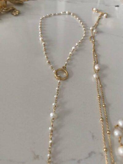 Collar de perlas de diferentes tamaños entrelazadas con hilo de plata metálico. Ideal para combinar con el choker de doble hilo. Trepille