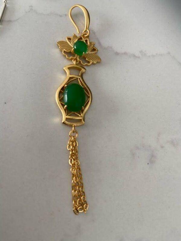 Pendientes antiguos con piedra de calcedonia verde y flecos dorados. Trepille