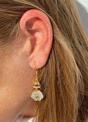 Pendientes de flor con calcedonia en color verde y rubí y perla blanca realizados en plata con baño de oro de 2 micras. Trepille