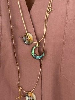 Colgante media luna realizado en madre perla y dorado. Se compra sola o con cadena. Cadena de bolitas aplastadas, labrada y cadena cola de ratón. Dimensiones 55 cm.